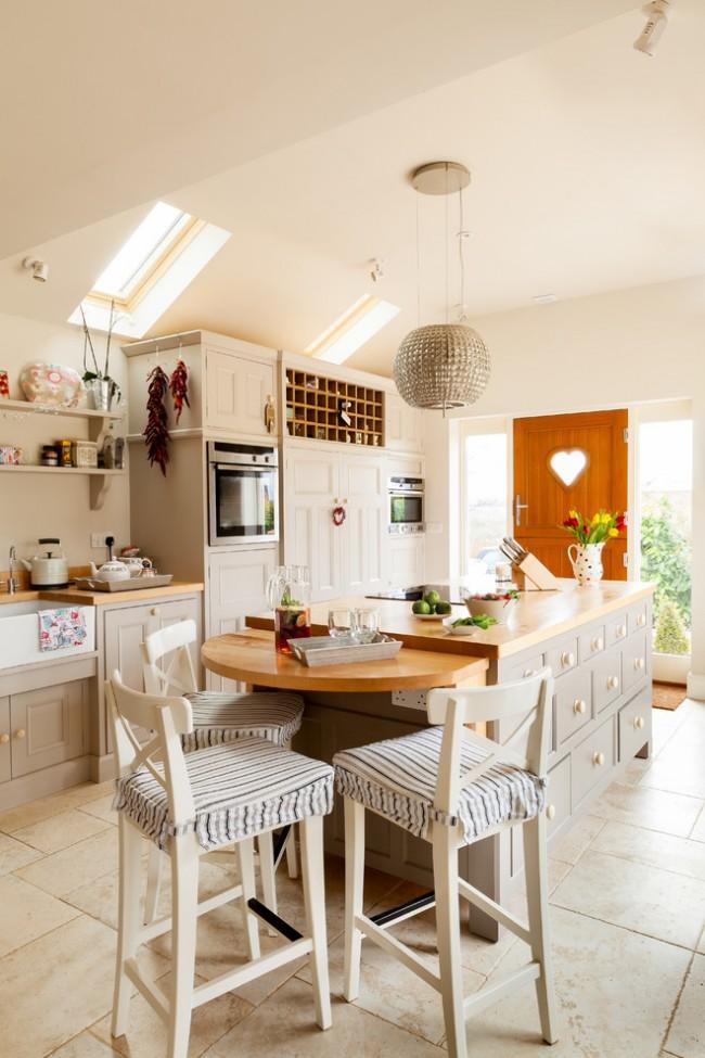 Светлая пастельная мебель идеально подойдет для маленькой кухни