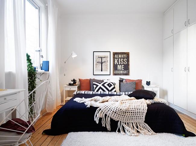 С цветными элементами декора комната становится интереснее.