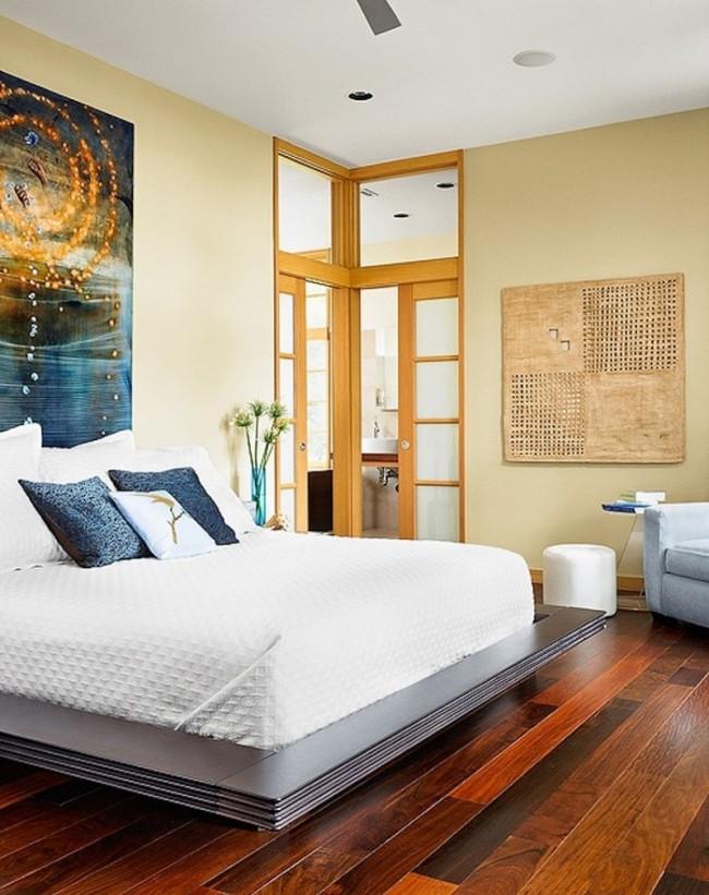 Следите за чистотой спальной комнаты и вовремя избавляйтесь от ненужных вещей. Не ставьте кровать вплотную к стене, в которой есть дверной проем