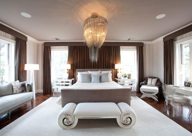 Очаровательная банкетка вычурной формы дополняет мебельный гарнитур спальни арт-деко