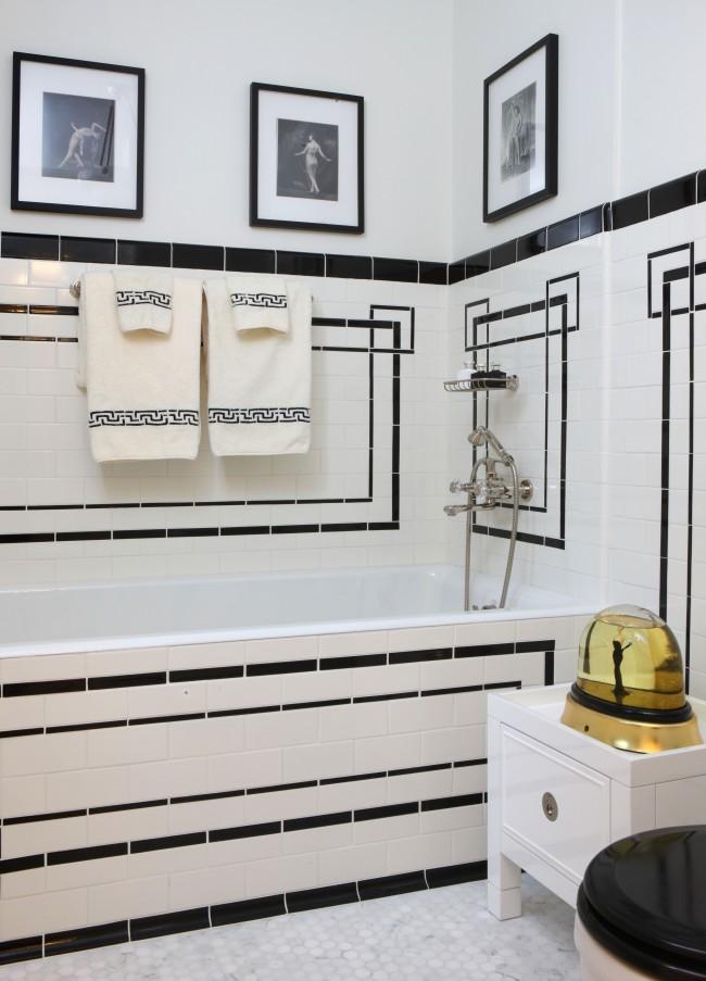 Удивительный интерьер ванной, сочетающий в себе древнегреческие орнаменты и картины с сюжетами европейской культуры 19 века
