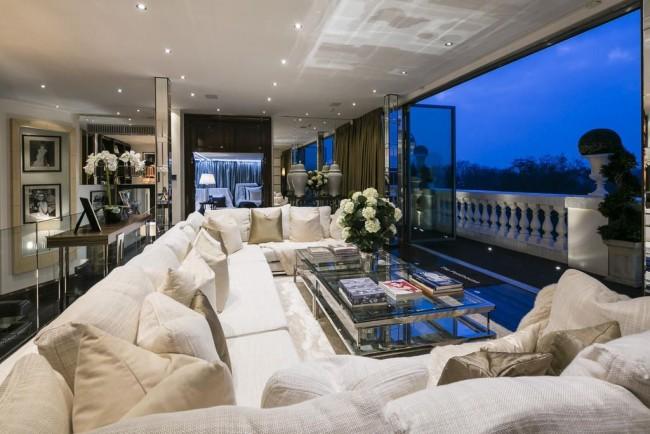 Блестящая, роскошная гостиная в современном особняке