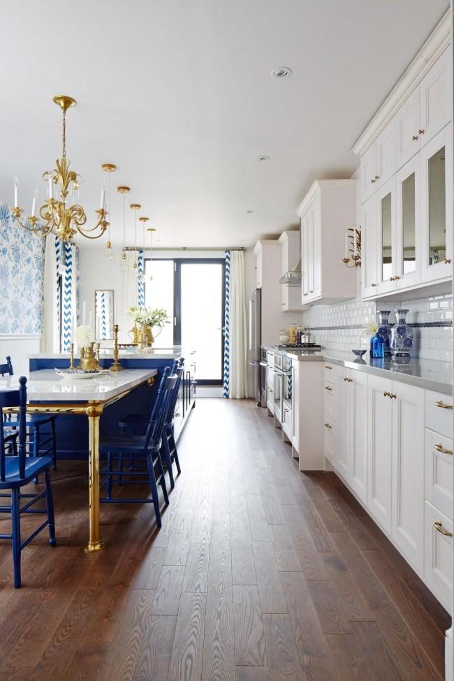 Нарядная бело-синяя кухня, благодаря золотым элементам, выглядит по-королевски красиво