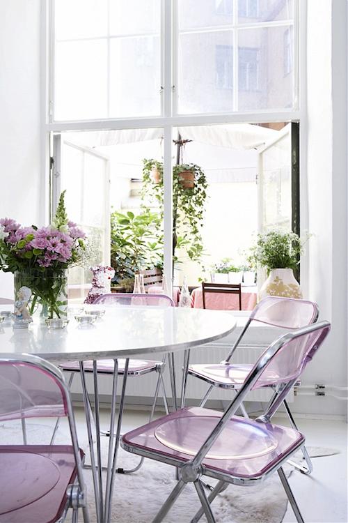Пластиковые сиреневые стулья делают кухню по-настоящему воздушной