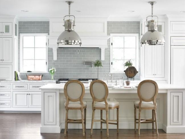 Красивая бело-серая классическая кухня