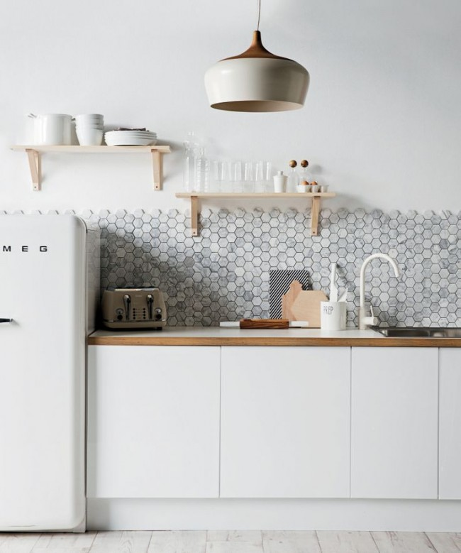 Стильная белая кухня с серым фартуком