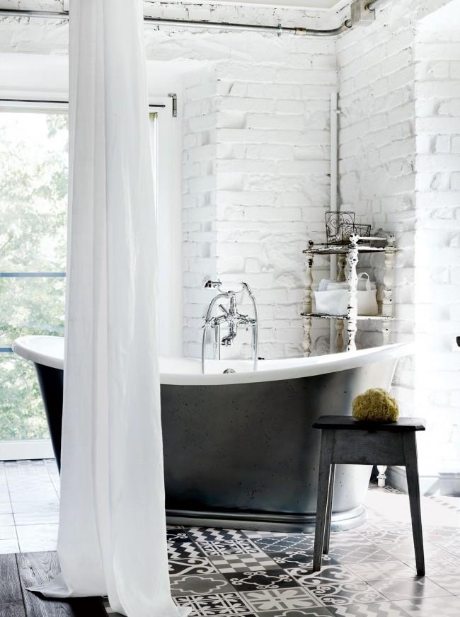 Покрашенная в белый цвет кирпичная стена в ванной комнате
