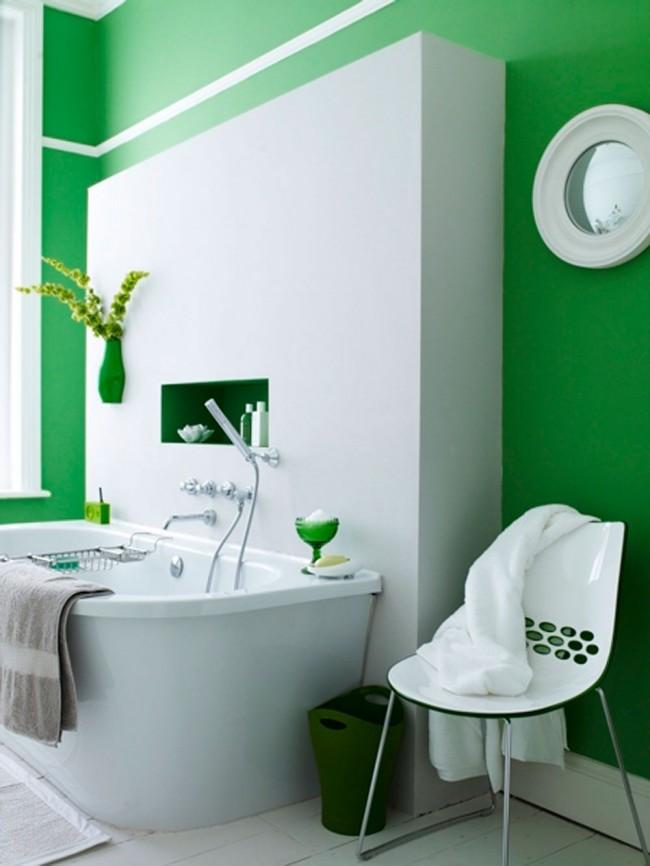Белую ванную комнату не сложно кардинально преобразить с помощью цветных аксессуаров