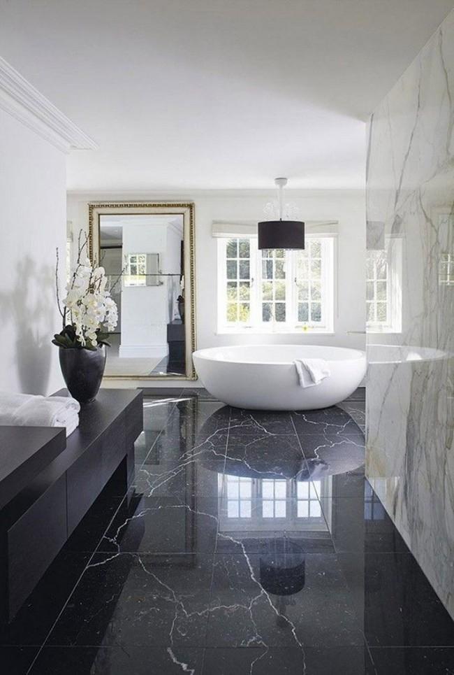 Сделать белую ванную невероятно уютной поможет правильное освещение и зеркала