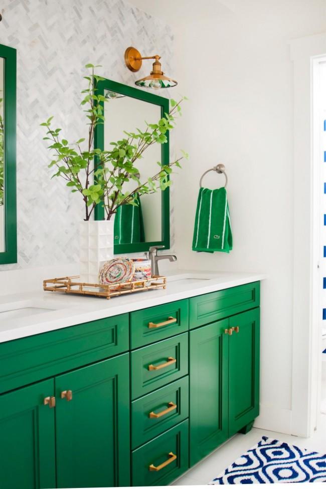 Белый и зеленый цвет идеально сочитаются в оформлении ванной комнаты