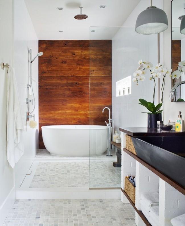 Белая ванная с деревянными элементами декора