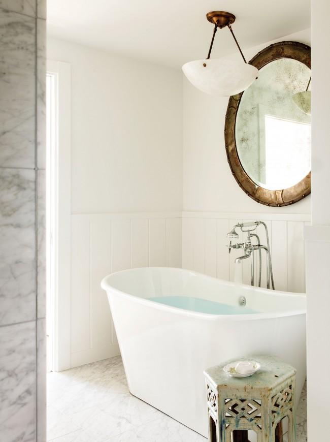 Белоснежная ванная комната призвана быть стильной и вдохновляющей, она должна дарить атмосферу чистоты и релаксации