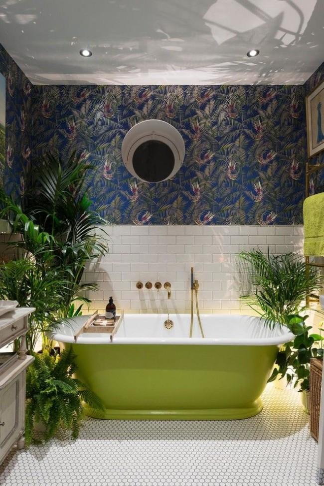 Интересный интерьер гигиенической комнаты с чугунной ванной