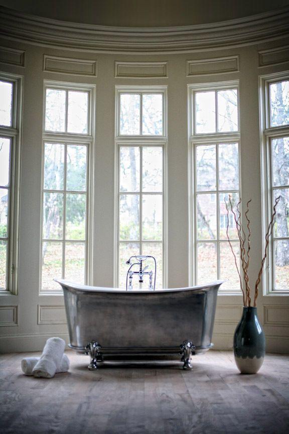 Чугунные ванны смотрятся дорого и очень эффектно