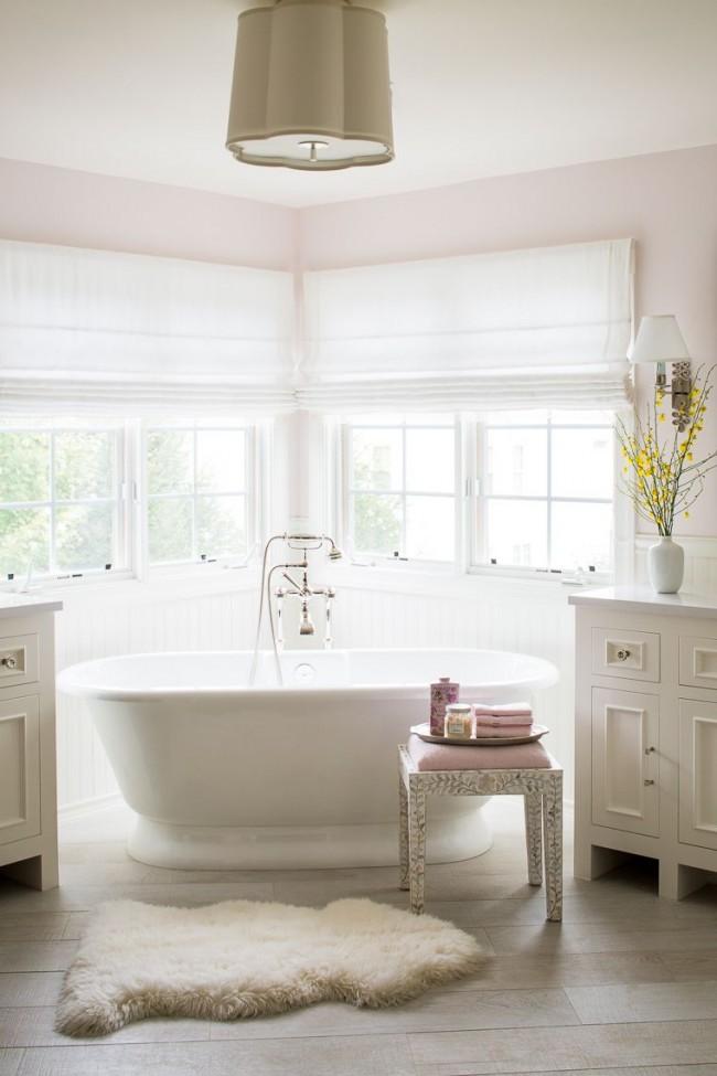 Белоснежная чугунная ванна в светлом интерьере