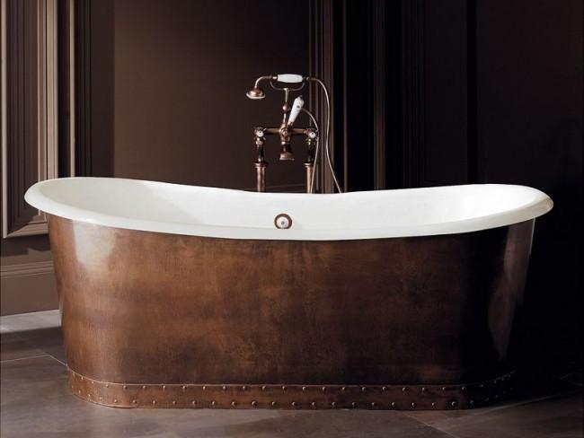 Чугунная ванна с медной отделкой смотрится очень стильно