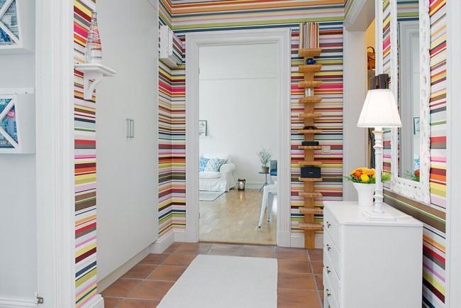 Яркие полосы на стенах не создают впечатление прихожей