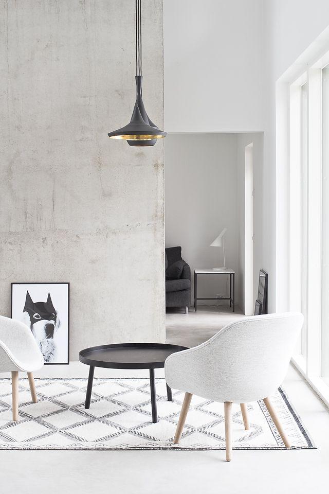 Удачное сочетание черно-белого цвета в интерьере гостиной
