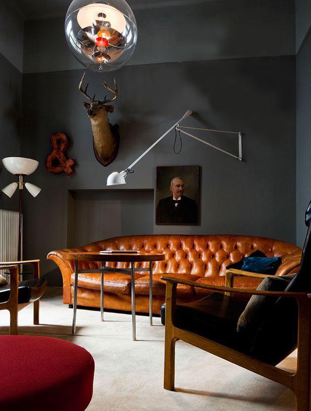 Интерьер гостиной с черными стенами и мебелью в стиле ретро