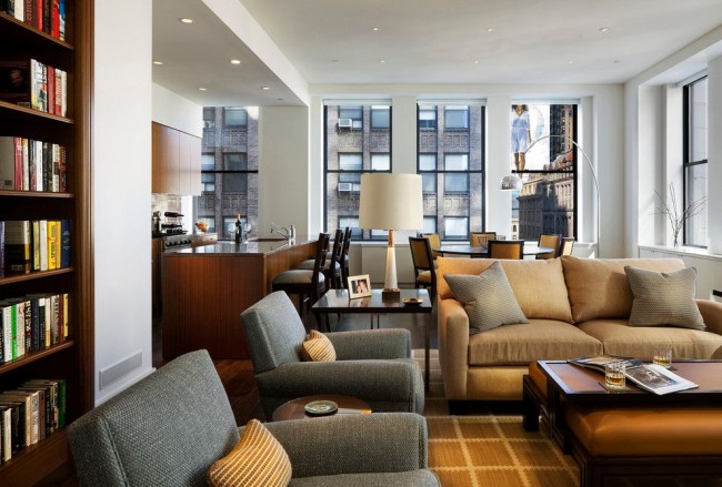 Интерьер гостиной, совмещенной с кухней и столовой, в современном стиле