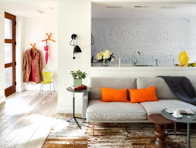 Красивый интерьер гостиной, совмещенной с кухней
