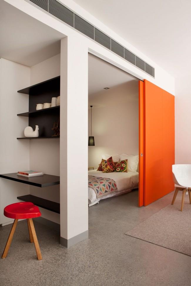 Спальная зона с яркими раздвижными дверями