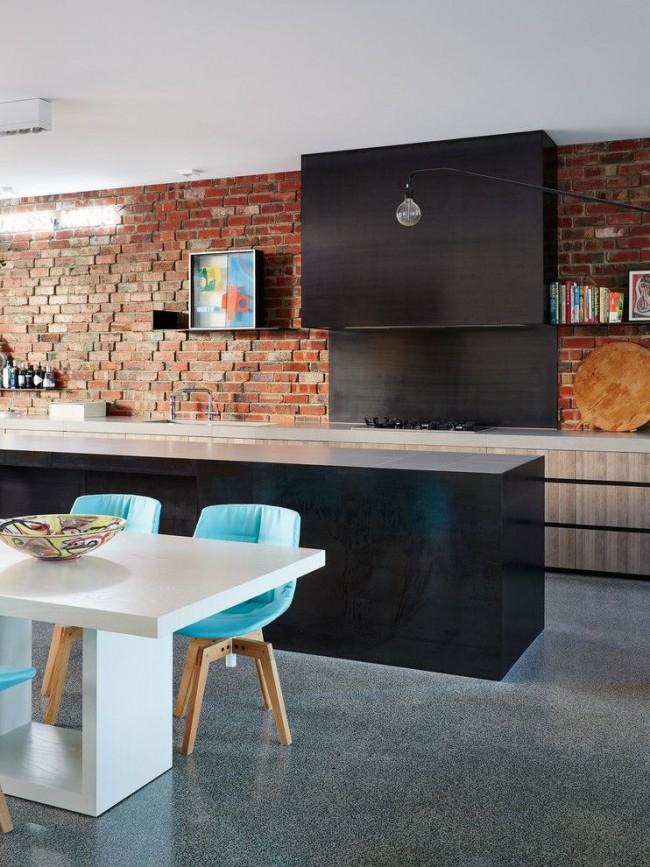 Яркие стулья в интерьере кухни стиля лофт