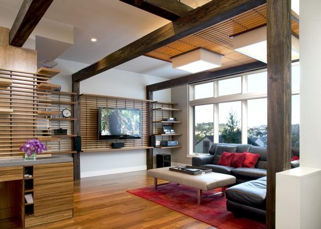 Просторный зал с эффектным потолком