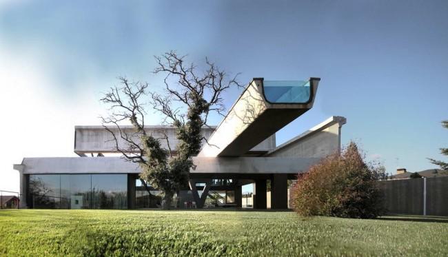 Дом в стиле хай-тек с подвесным бассейном
