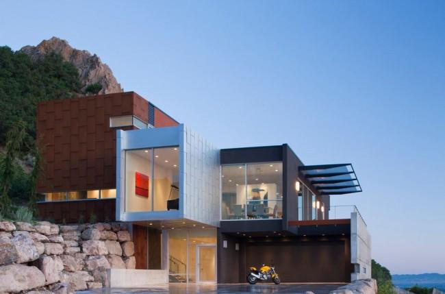 Фасад в стиле хайтек предполагает наличие в экстерьере дома как можно больше стекла