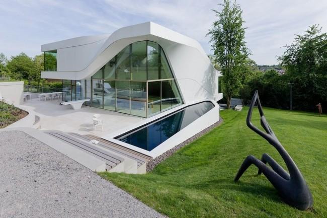 Одной из особенностью дома хай-тек является остекление фасада
