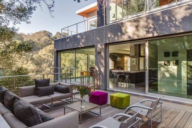 Уютная терраса дома в стиле хай-тек
