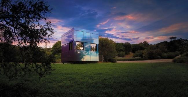 Хай-тек дом с зеркальными стенами смотрится великолепно