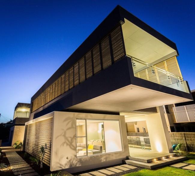 Стильный дом в стиле хай-тек с подсветкой всего фасада