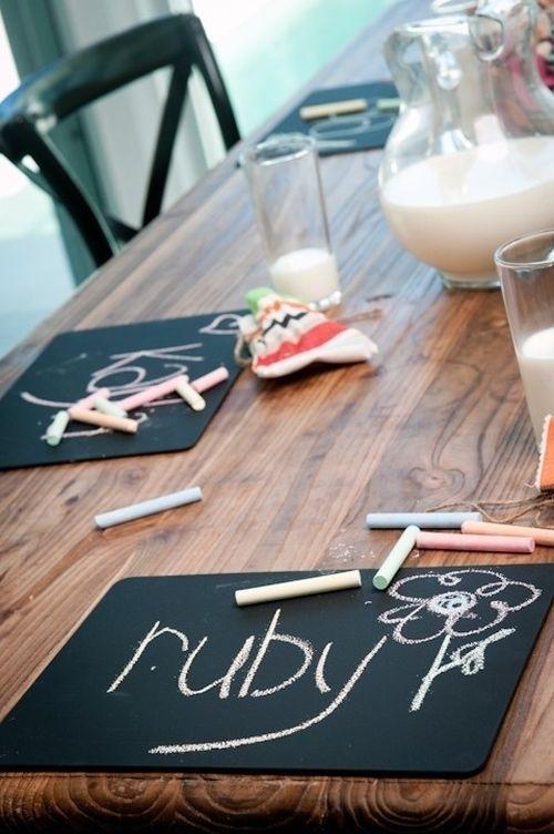 Дети обрадуются таким индивидуальным доскам за обеденным столом