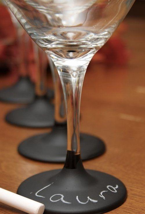 С помощью грифельной краски можно сделать такой замечательный именной бокал