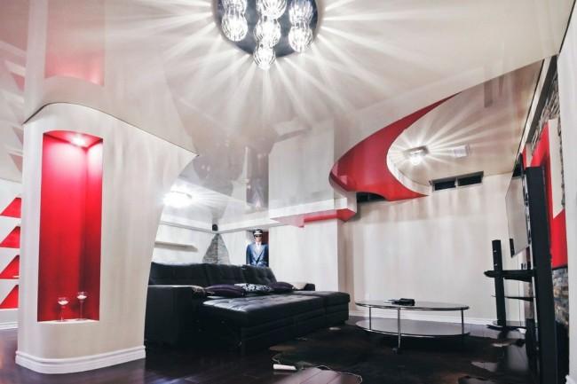 Роскошные стеклянные или хрустальные люстры будут выглядеть очень нарядно на фоне двухъярусного потолка