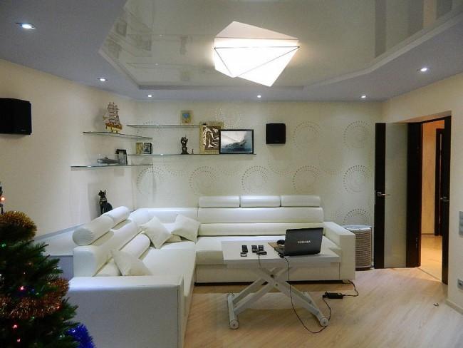 Нежная белая гостиная с белым двухъярусным потолком