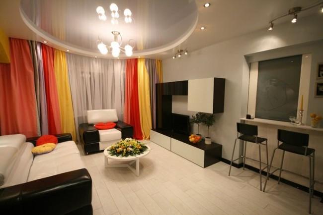 Благодаря отражательным свойствам глянца, комната с таким потолком выглядит более светлой