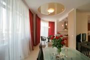 Фото 6 Двухуровневые натяжные потолки для зала (47 фото): материалы, форма, цвет