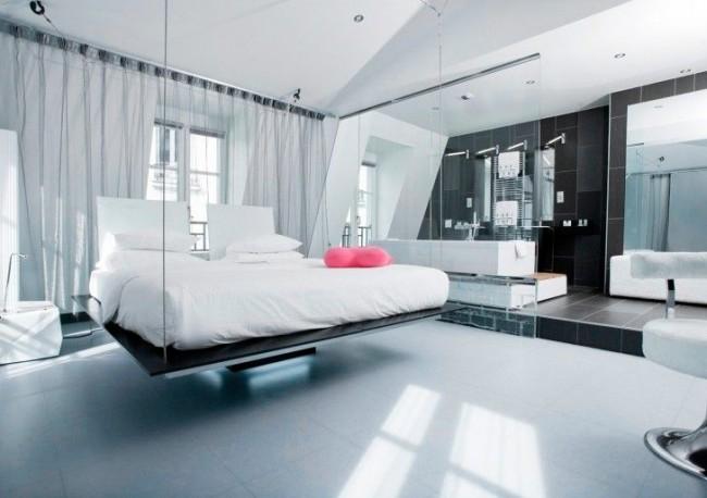 Наличие стеклянных перегородок в интерьер спальни придает ей еще больше легкости и воздушности