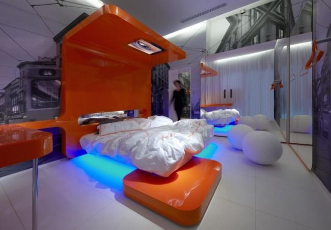 Яркая, стильная спальня хай-тек с мебелью сочного апельсинового цвета