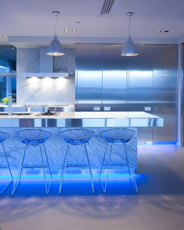 Неоновая подсветка рабочих зон и поверхностей просто необходима на кухне хай-тек