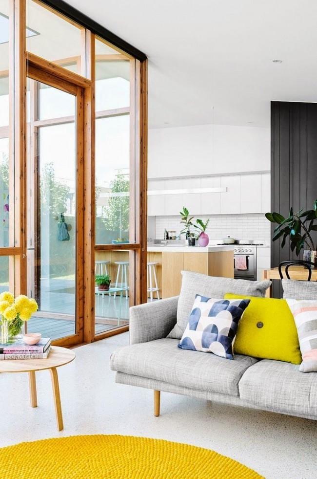 Гостиная с желто-белым интерьером