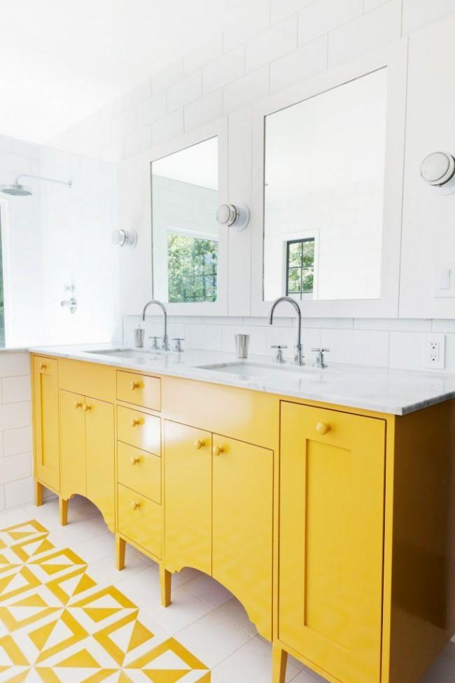 Ванная комната с удачным сочетанием белого и желтого цветов