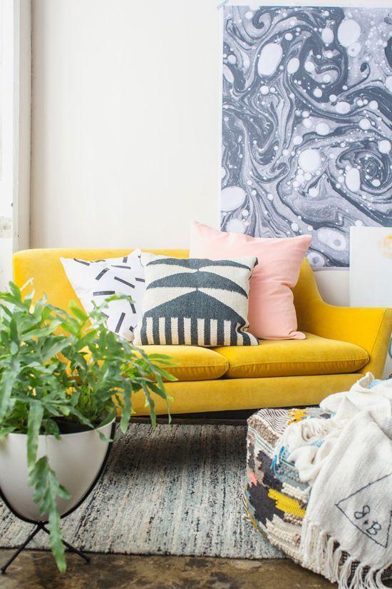 Диван гостиной в солнечном цвете