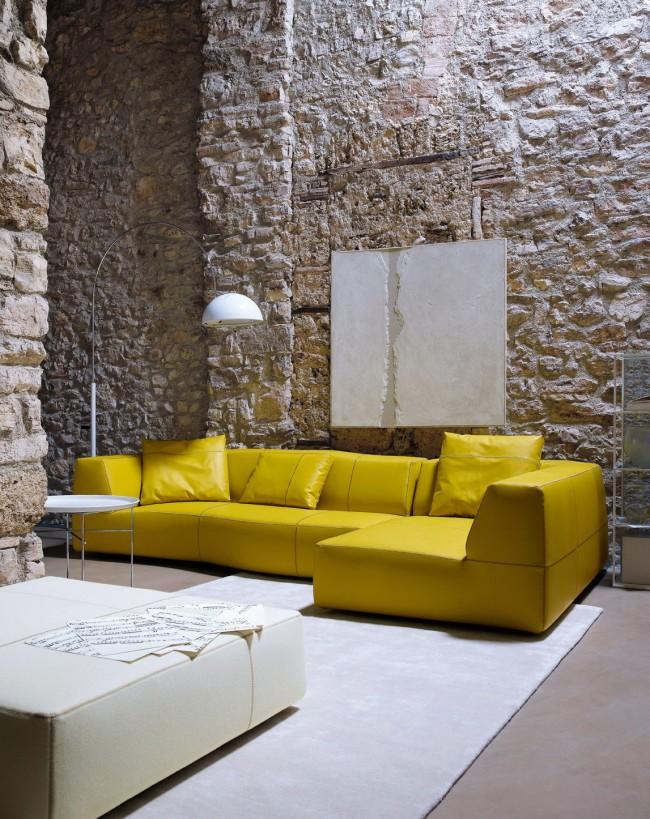 Потрясающий интерьер гостиной с горчичным диваном