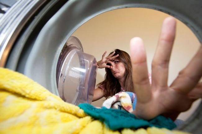 Основными причинами неприятного запаха из барабана стиральной машины являются бактерии, которые накапливаются внутри нее и на внутренних деталях