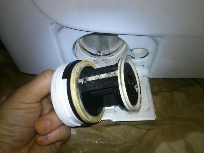 Сливной фильтр чистить нужно регулярно