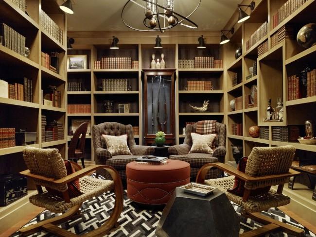 Высокие стеллажи вмещают большое количество книг, а комфортабельная, но разная по удобству мебель поможет каждому почувствовать себя уютно